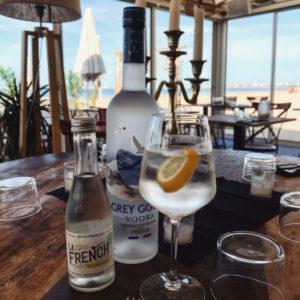 L'été nous manque terriblement... Heureusement, il n'y a pas de saison pour les cocktails ! ☀️🇫🇷 www.lafrenchsvp.com  #lafrenchsvp #tonicwater #gingerbeer #organic #madeinfrance #bio #buvezfrancais #aperoalafrancaise #baralafrancaise #cocktailalafrancaise #vodka #greygoose #labaule #restaurantlabaule #lapetiteplagepornichet