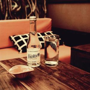 Un apéro cosy chez @lecailleur pour se mettre dans le bains pour les fêtes 🎅🏼🇫🇷 www.lafrenchsvp.com  #lafrenchsvp #tonicwater #organic #bio #madeinfrance #buvezfrancais #aperoalafrancaise #cocktailalafrancaise #baralafrancaise #cocktail #lecailleur #lecailleurlabaule #labaule #marchedelabaule #restaurantlabaule