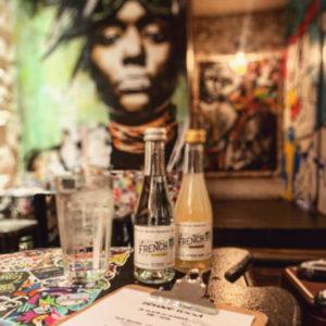 Un décor ultra stylé pour déguster vos boissons préférées au @fat.bar 😏🇫🇷 www.lafrenchsvp.com  #lafrenchsvp #buvezfrancais #gingerbeer #tonicwater #bio #madeinfrance #cocktailalafrancaise #baralafrancaise #aperitifalafrancaise #fatbar #paris