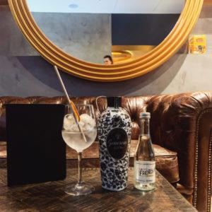 L'adresse incontournable pour un Gin Tonic bio et 100% français 🇫🇷 @lapartdesourslemarais  www.lafrenchsvp.com  #lafrenchsvp #buvezfrancais #bio #madeinfrance #cocktailalafrancaise #baralafrancaise #gintonic #generousgin #lapartdesours #paris